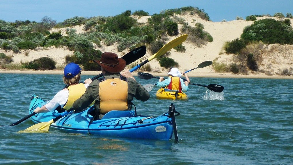 Paddlers-on-the-water-photo-courtesy-Canoe-the-Coorong16